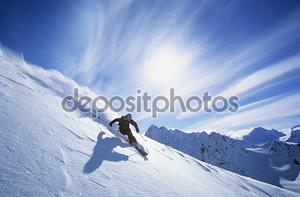 человек на лыжах на склоне горы