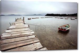 Деревянный пирс и лодки