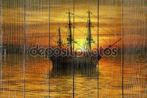 Корабль в море на закате