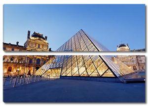 Музей Лувр в сумерках в летнее время