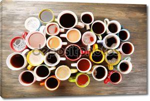 Многие чашки кофе на деревянном столе, вид сверху