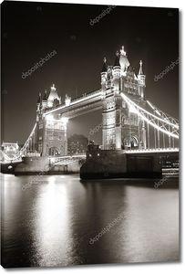 Тауэрский мост ночью в черно-белом цвете