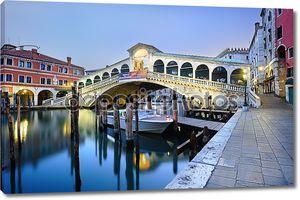 Утром мост Риальто в Венеции