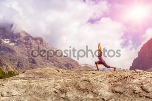 Молодая женщина, делать утром фитнес открытый в горный пейзаж