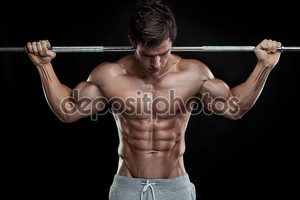 парень мышечной культурист, делать упражнения с гантелями над бла