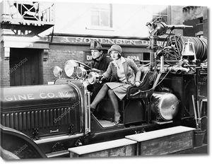 Девушка в пожарной машине