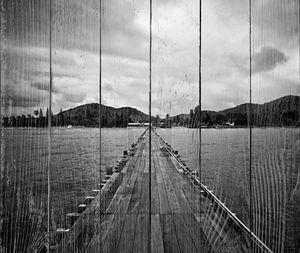 деревянный мост над водой на фоне леса