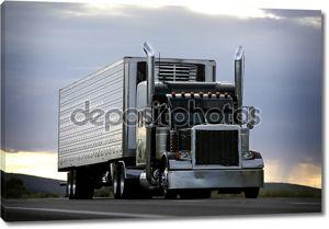 Большой грузовик вождение на шоссе