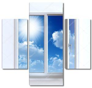 Открытое окно против белой стене и пасмурное небо и солнце