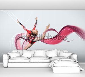 Молодая женщина в гимнастка костюм позирует