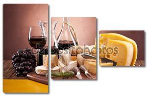 сыр, вино и другие вкусные вещи на деревянный стол
