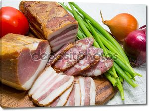 колбасы, мясо, овощи, вид сверху