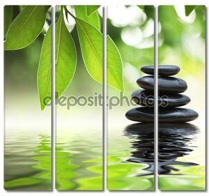 Zen камнями на поверхности воды