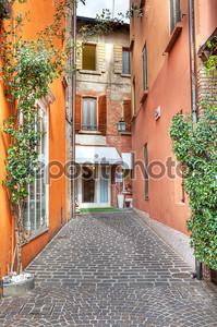 узкая улица. Сирмионе, Италия.