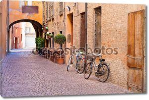 Старый небольшой камень средневековой улице в историческом центре