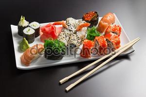 Японские морепродукты суши, роллы и палочек