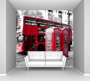 красная телефонная будка и красный автобус