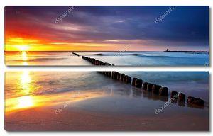Балтийское море в красивый восход солнца в Польше-Бич