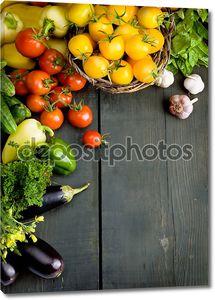 Овощи на деревянный стол