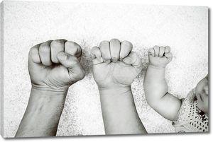 Черно-белый портрет отцов, матерей и их кулаками babys рядом друг с другом.