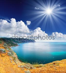 Море и облака небо с солнцем