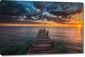 морской закат. Закат на море в Таиланде