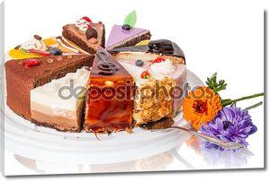 Различные куски пирога и цветок