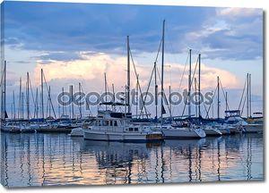 Лодки и яхты пришвартованы в гавани