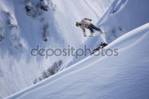Сноубордист в снежных горах