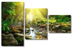 Горная река посреди зеленого леса