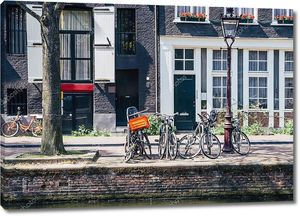 Винтажные велосипеды перед центр города Амстердам, Нидерланды