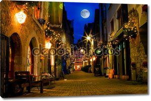старая улица с огнями ночью