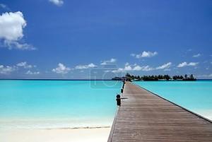 Пешеходный мост над бирюзовый океан
