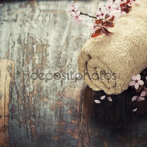 Скрученный коврик на столе