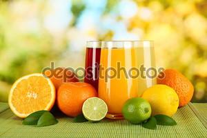 Очки приходится с листьев и плодов на стол на ярком фоне