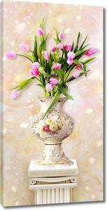 Ваза с цветами на античной тумбе