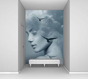 Красивая женщина и небо