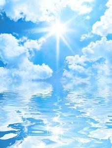 Голубое небо и солнце отражение в воде