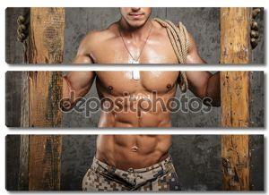 Человек с голым торсом