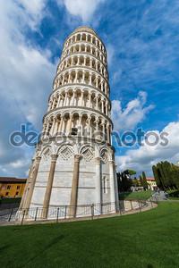 Пизанская башня в солнечный день