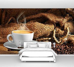 Кружка горячего капучино в кофейных зернах