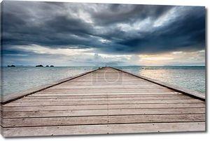 Вуд мост на море на пляж заката в Самуи, Таиланд .