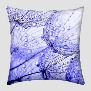 Одуванчика цветок с каплями воды